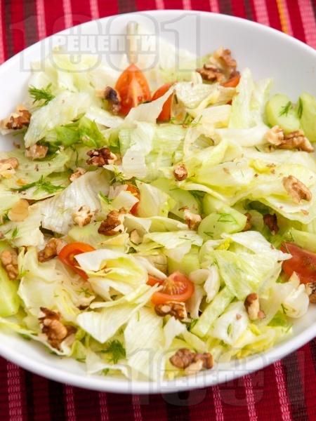 Салата айсберг с орехи и чери домати - снимка на рецептата